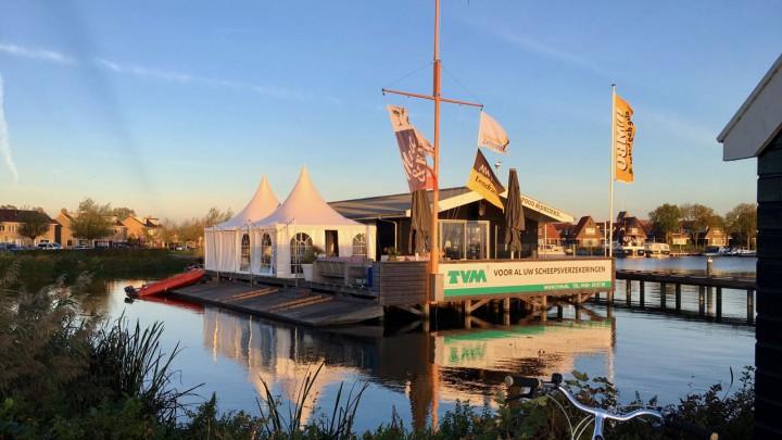 Het Marit Bouwmeester Zeilcentrum Grou, gezien vanaf praathokje De Twadde Keamer.